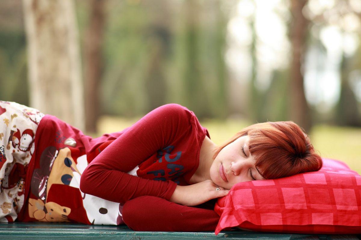 Poduszka do spania od Dr Sapporo do spania na boku