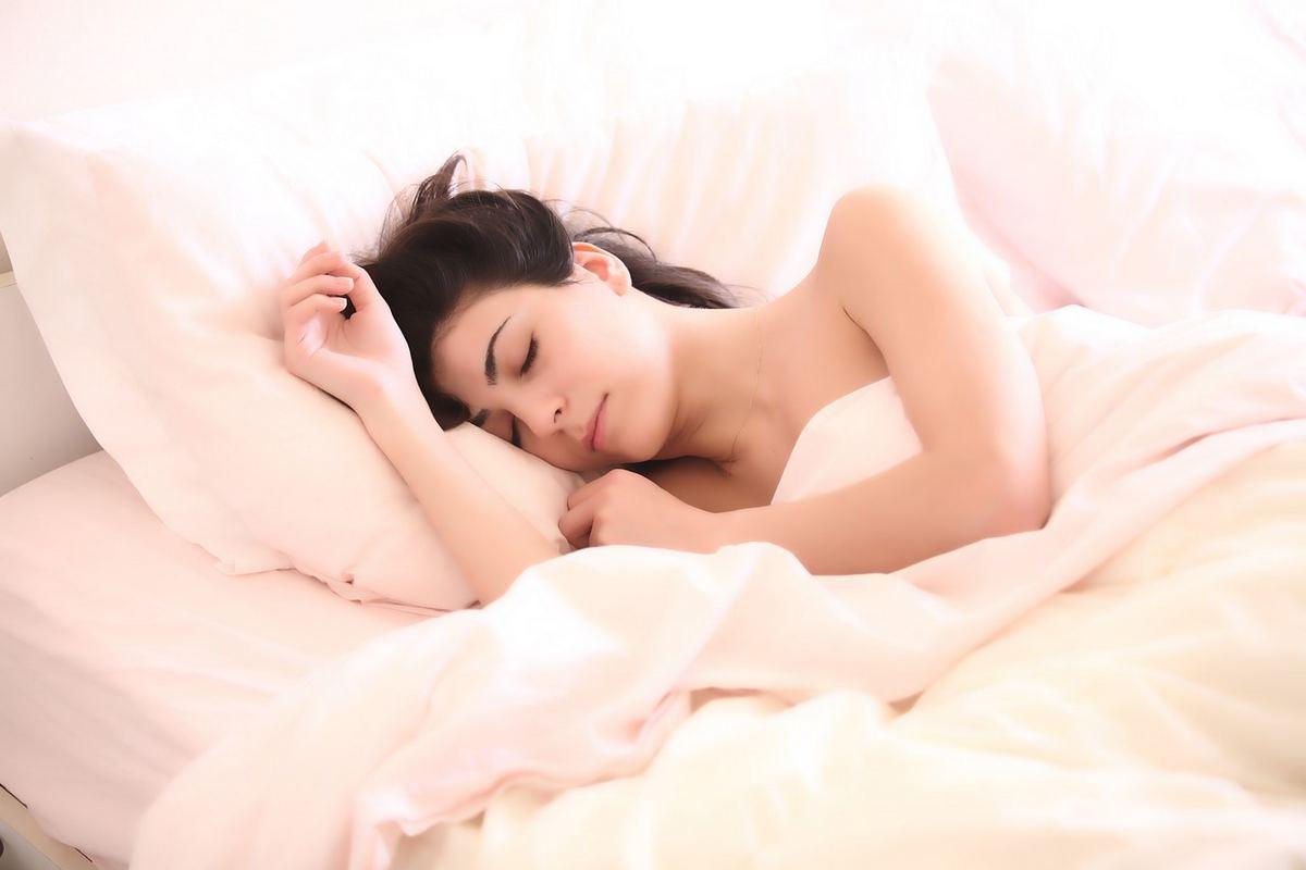 Poduszki ortopedyczne do spania od Dr Sapporo. Pozycja snu na boku