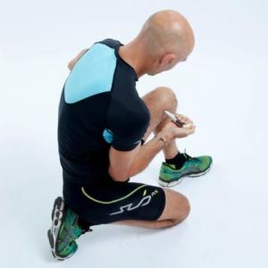 Aplikowanie impulsów długopisem przeciwbólowym jest proste i skuteczne. Na zdjęciu użycie PainGone+