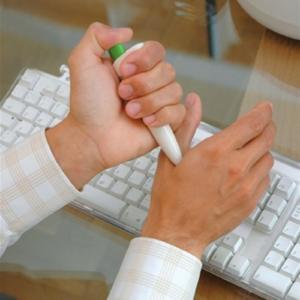Przykład użycia manualnego urządzenia przeciwbólowego PainGone na dłoniach
