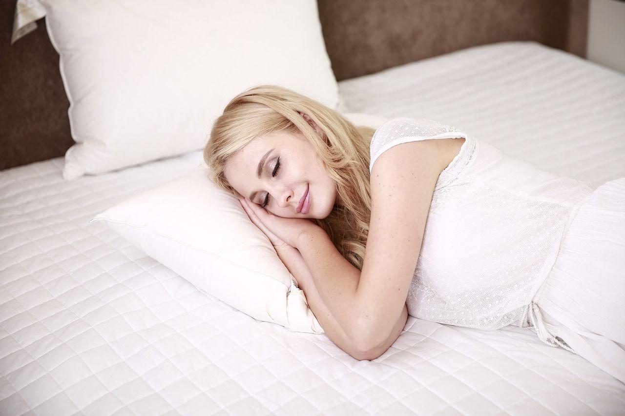 Poduszka do spania na boku Twin Plus Memory od Dr Sapporo polskiego producenta poduszek ortopedycznych anatomicznych