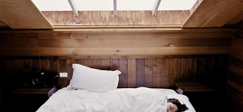 Co jest przyczyną pocenia się podczas snu? Stan choroby? A może źle dobrany materac?